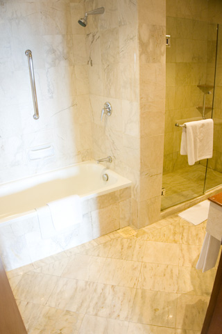 holiday_inn_batam_bathroom_01