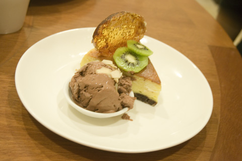 holiday_inn_batam_cheese_cake_chocolate_ice_cream