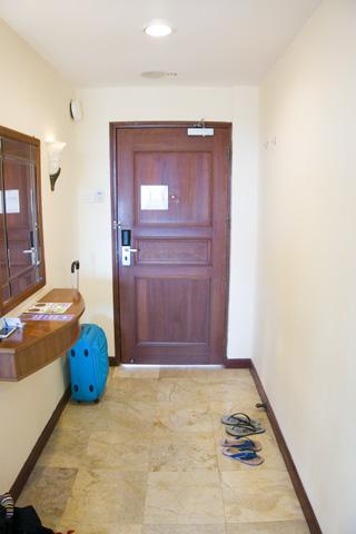 holiday_inn_batam_hallway